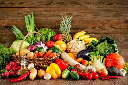Assortimento di frutta fresca e verdure su sfondo di legno Archivio Fotografico - 61924729