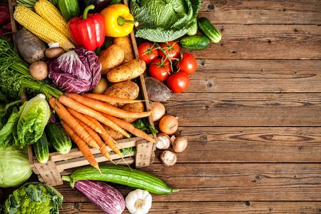 Surtido de verduras frescas en el fondo de madera Foto de archivo - 61924730