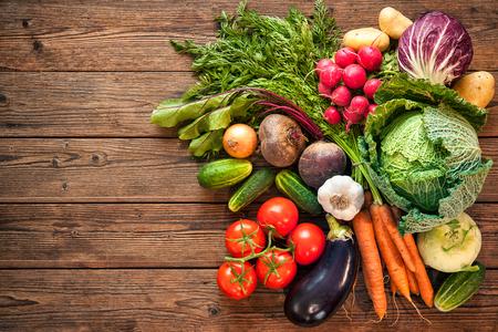 木製の背景での新鮮野菜の詰め合わせ