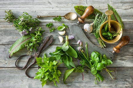 kulinarne: fresh kitchen herbs and spices on wooden table. Top view Zdjęcie Seryjne