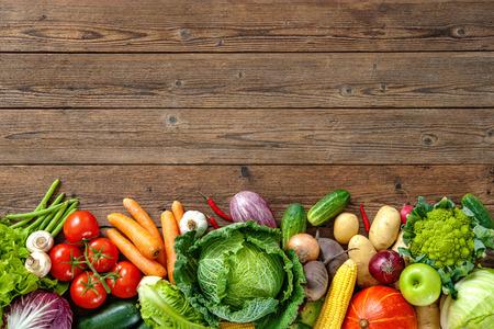 Surtido de verduras frescas en el fondo de madera Foto de archivo - 61927074