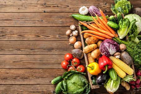 Assortiment de légumes frais sur fond de bois Banque d'images - 61927079
