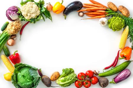 Frame van diverse verse groenten op wit wordt geïsoleerd