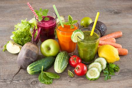 Diverse vers geperste vruchten- en groentesappen Stockfoto - 61927132