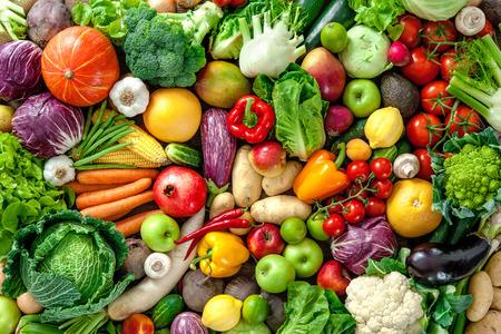 Sortiment von frischem Obst und Gemüse