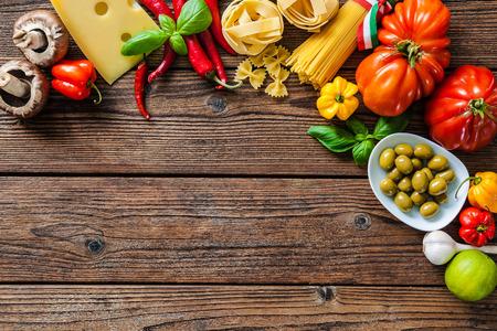 macarrones: Cocina italiana. Verduras, aceite, especias y pastas en la mesa de madera