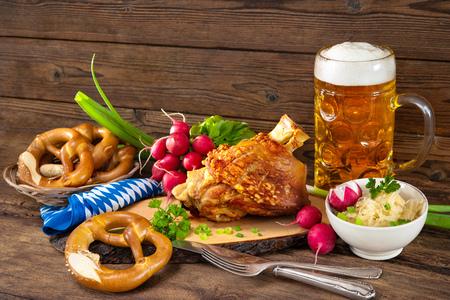맥주와 소금에 절인 양배추와 돼지 고기 너클. 옥토버 페스트 스톡 콘텐츠