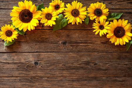 Herbst-Hintergrund mit Sonnenblumen auf einem Holzbrett Standard-Bild - 62207290
