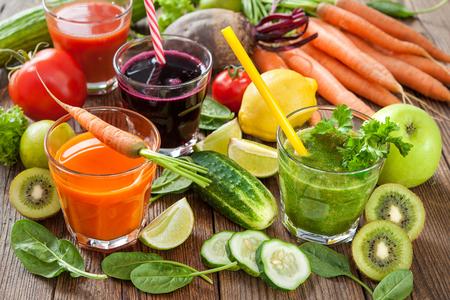 Vari succhi di frutta e verdura spremute Archivio Fotografico - 62207343