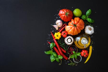 이탈리아 요리. 어두운 배경에 야채, 오일, 향신료와 파스타 스톡 콘텐츠