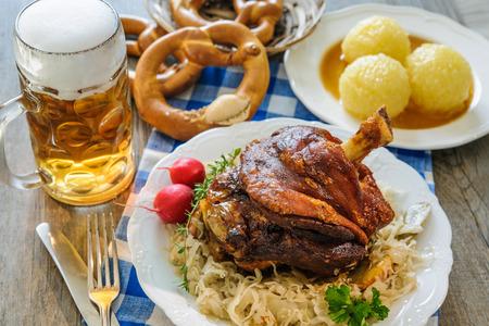 Nocca bavarese appetitoso arrosto di maiale con canederli e crauti. Oktoberfest Archivio Fotografico - 62207394