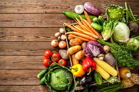 berenjena: Surtido de verduras frescas en el fondo de madera
