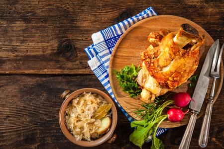 Appetitlich bayerische gegrillte Eisbein mit Sauerkraut. Oktoberfest Standard-Bild