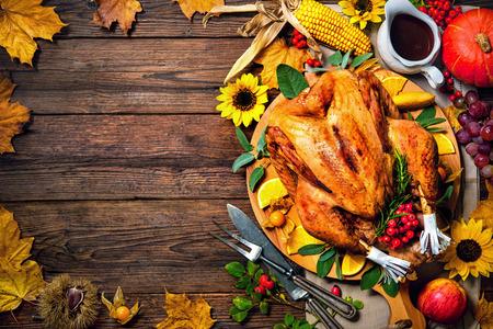 Festessen zum Erntedankfest. Gebratener Truthahn mit Kürbis und Sonnenblumen auf Holztisch Standard-Bild - 62168946