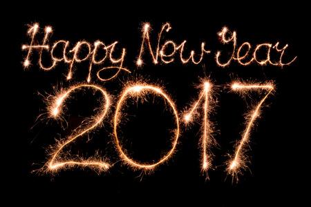 letras negras: Feliz Año Nuevo 2017 de texto hecha de luces de bengala firework luz
