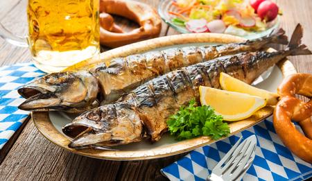 octoberfest: Oktoberfest menú. pescados de la caballa a la plancha con cerveza y pretzel que se presentan en la tabla Foto de archivo