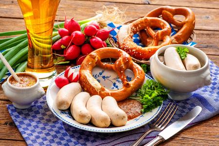 octoberfest: comida tradicional de Baviera. salchichas blancas con mostaza dulce y pretzel