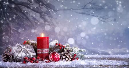 1 つの非常に熱い蝋燭と出現の装飾。クリスマス背景