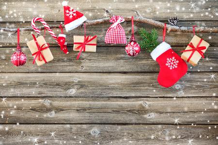 크리스마스 장식 스타킹과 선물 상자 소박한 나무 배경 위에 매달려