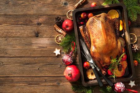 Canard rôti aux pommes et aux oranges au four. Cuisiner à l'heure de Noël Banque d'images - 66975345