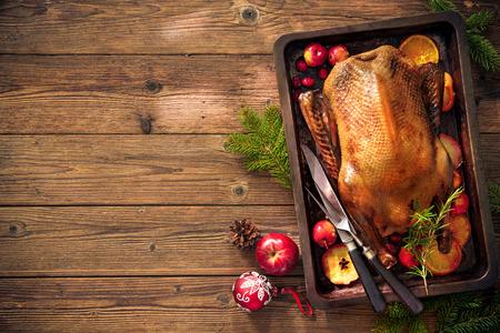 베이킹 트레이에 사과와 오렌지 오리 구이. 크리스마스 시간에 요리하기