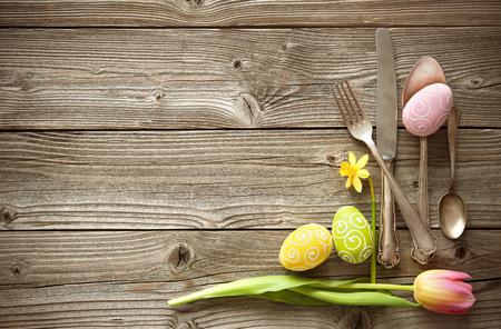 Tavola di Pasqua con tulipani primavera e posate. Vacanze di fondo Archivio Fotografico - 69983021