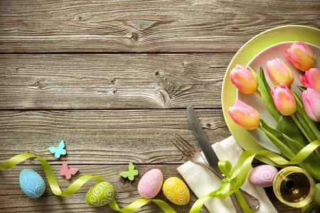 Pasen tabel met de lente tulpen en bestek. vakanties achtergrond Stockfoto