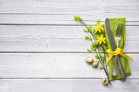 Easter table setting with daffodil and cutlery. Holidays background Stok Fotoğraf - 69983010