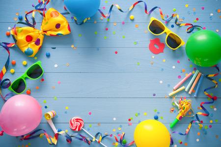 青色の背景のパーティー アイテムがカラフルな誕生日フレーム。幸せな誕生日のコンセプト 写真素材