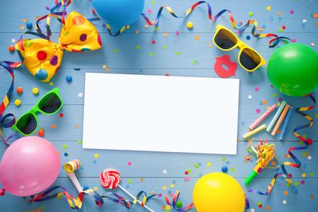 Kleurrijk verjaardags frame met feestartikelen met kopie ruimte op blauwe achtergrond. Gelukkig verjaardagsconcept Stockfoto