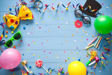 파란색 배경에 파티 항목으로 다채로운 생일 프레임. 생일 축하 컨셉 스톡 콘텐츠