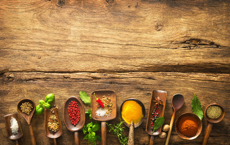 Verschillende kruiden en specerijen op houten tafel