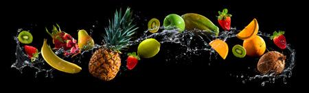 Frutta su sfondo nero con spruzzi d'acqua Archivio Fotografico - 73426443