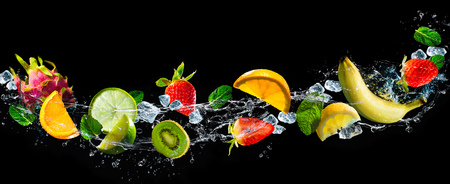Fruits sur fond noir avec les éclaboussures d'eau Banque d'images - 76548400