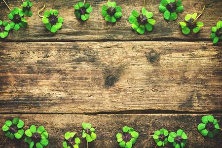 Kleeblätter auf dem alten hölzernen Hintergrund. Glückliches Shamrock St.Patricks Tag Hintergrund mit copyspace für Text Standard-Bild