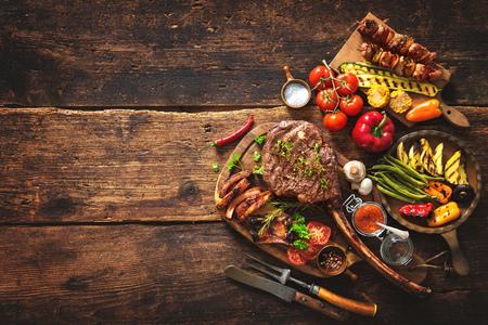 carne asada: carne y verduras en la mesa de madera rústica a la plancha