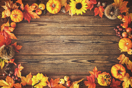 낙된 엽과 오래 된 나무 테이블에 과일에서 빈티지가 테두리. 추수 감사절 가을 배경 스톡 콘텐츠