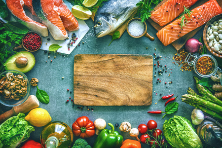Surtido de pescado fresco con hierbas aromáticas, especias y verduras. Dieta equilibrada o concepto de cocina Foto de archivo - 77622769