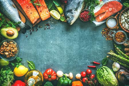 芳香のハーブ、スパイスおよび野菜と新鮮な魚の品揃え。バランスの取れた食事や料理のコンセプト 写真素材 - 77622774