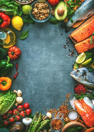 향기로운 허브, 향신료와 야채 신선한 생선의 구색. 균형 잡힌 식단 또는 요리 개념