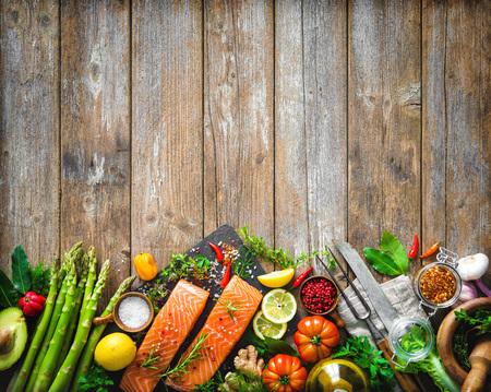 芳香のハーブ、スパイスおよび野菜と新鮮なサケの切り身。バランスの取れた食事や料理のコンセプト