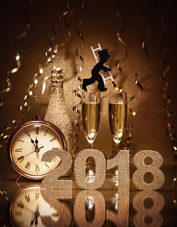 Capodanno celebrazione sfondo con coppia di flauti, bottiglia di champagne, orologio e uno spazzacamino come portafortuna Archivio Fotografico - 77622811