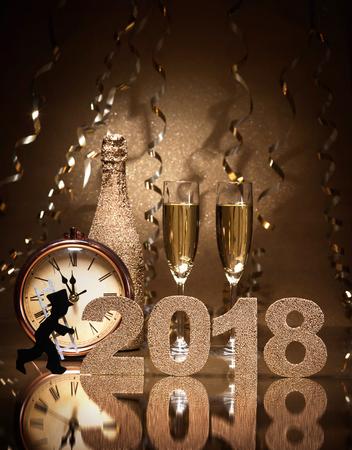 Capodanno celebrazione sfondo con coppia di flauti, bottiglia di champagne, orologio e uno spazzacamino come portafortuna Archivio Fotografico - 77622808