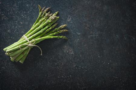 Verse groene asperge op donkere achtergrond