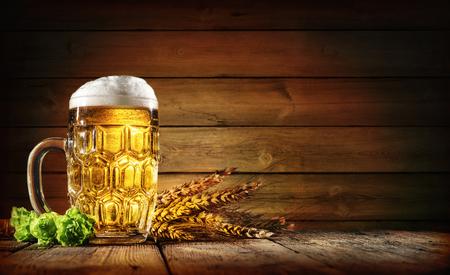 Oktoberfest bier met tarwe en hop op houten tafel