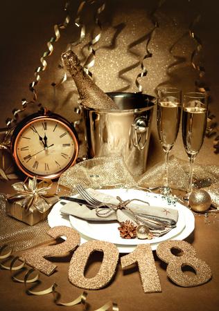 샴페인을 설정 새 해 휴일 테이블. 축하. 새 해 이브 설정을 놓습니다. 휴일 장식. 봉사 테이블