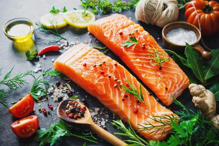 Filete de salmón fresco con hierbas aromáticas, especias y verduras. Dieta equilibrada o concepto de cocina Foto de archivo - 78446436