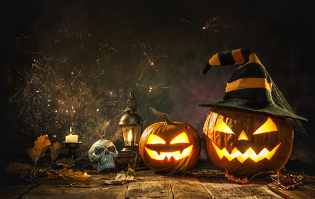 Linterna de jack cabeza de calabaza de Halloween con velas encendidas Foto de archivo - 78446435