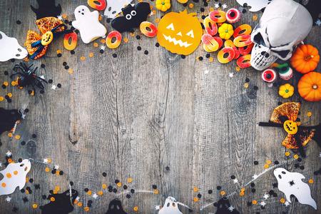 Halloween vakantie achtergrond met schedel, skelet, spinnen, pompoenen en snoep. Uitzicht vanaf boven Stockfoto