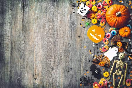 Fond de vacances Halloween avec crâne, squelette, araignées, citrouilles et bonbons. Vue d'en haut Banque d'images - 78446616